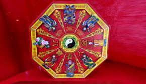 八宝贵人金,是在经济不景气时,为善信汇集人气,祈求八方贵人  以各种法宝来相助。